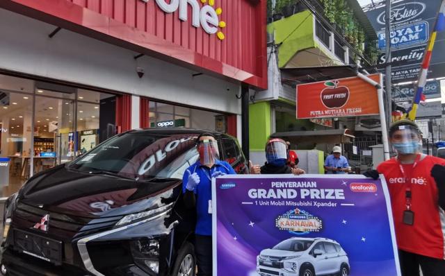 Winner of The Samsung Karnaval Program Given Car by Erajaya and Samsung